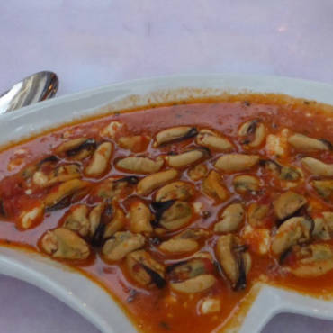 Mussels with tomato sauce and white cheese